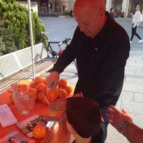 Ciutadans reparte en el Centre la vitamina C's que regenerará la política de Sabadell